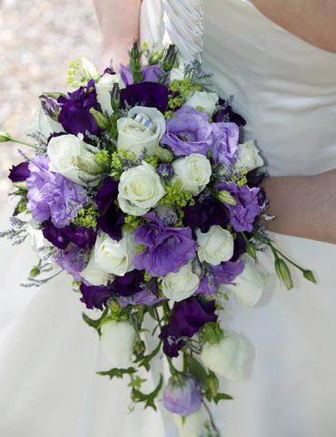 Hoa cầm tay cô dâu tím thủy chung