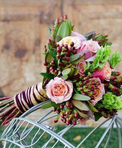 Hoa cầm tay cô dâu gái sắc