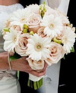 Hoa cầm tay cô dâu thuyền hoa