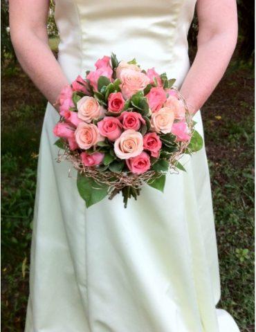 Hoa cầm tay cô dâu rượu hồng