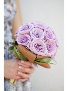 Cách bó hoa cưới bằng hoa hồng tím